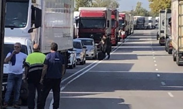 El seguimiento de la huelga paraliza la actividad de los principales centros de logística y mercancías de Barcelona